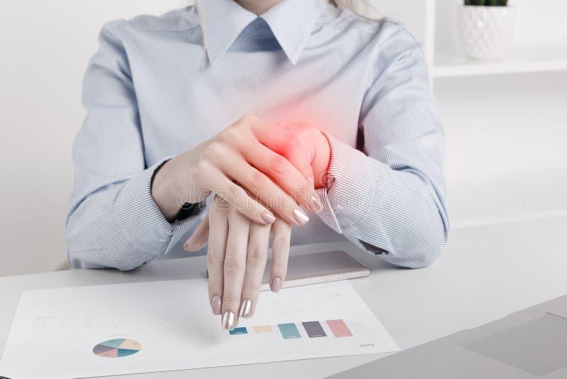 女实业家照片在有皮肤问题的办公室 免版税库存照片