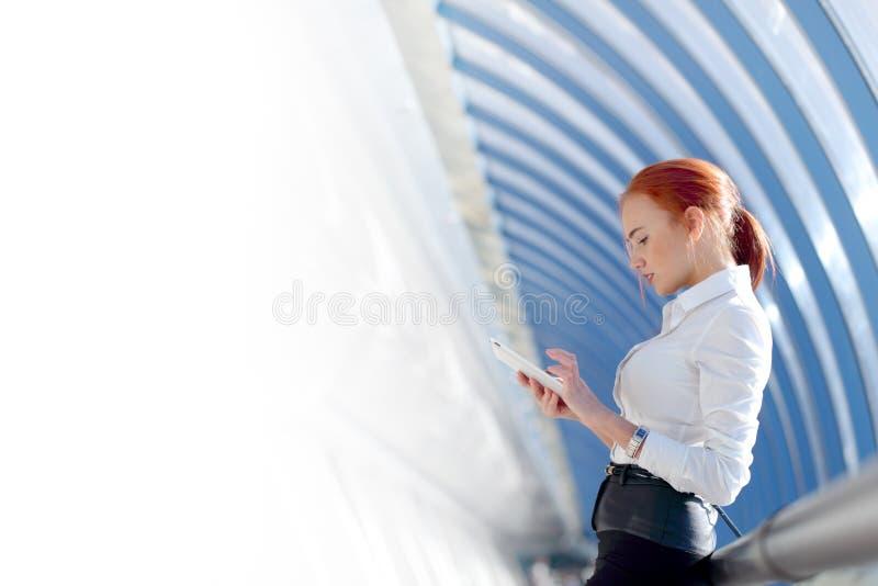 女实业家片剂使用 免版税库存图片