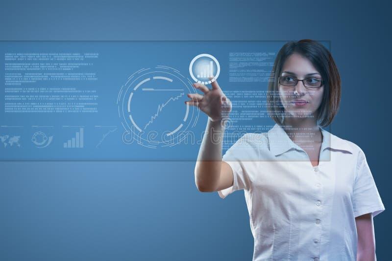 女实业家现代屏幕接触工作 免版税库存照片