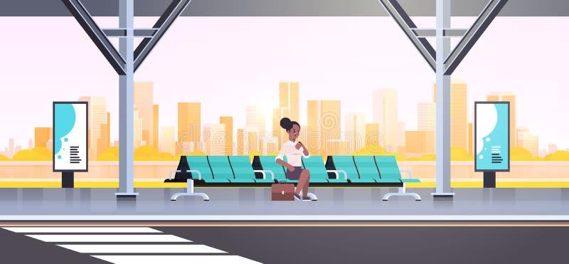 女实业家现代检查时间的公交车站非裔美国人的妇女等待公共交通工具坐机场驻地 库存例证