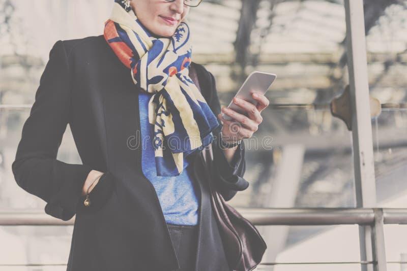 女实业家生活方式通勤者连接概念 免版税图库摄影