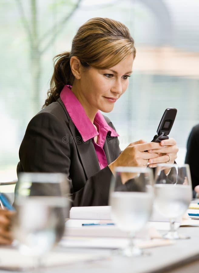 女实业家电池传讯电话文本 库存图片