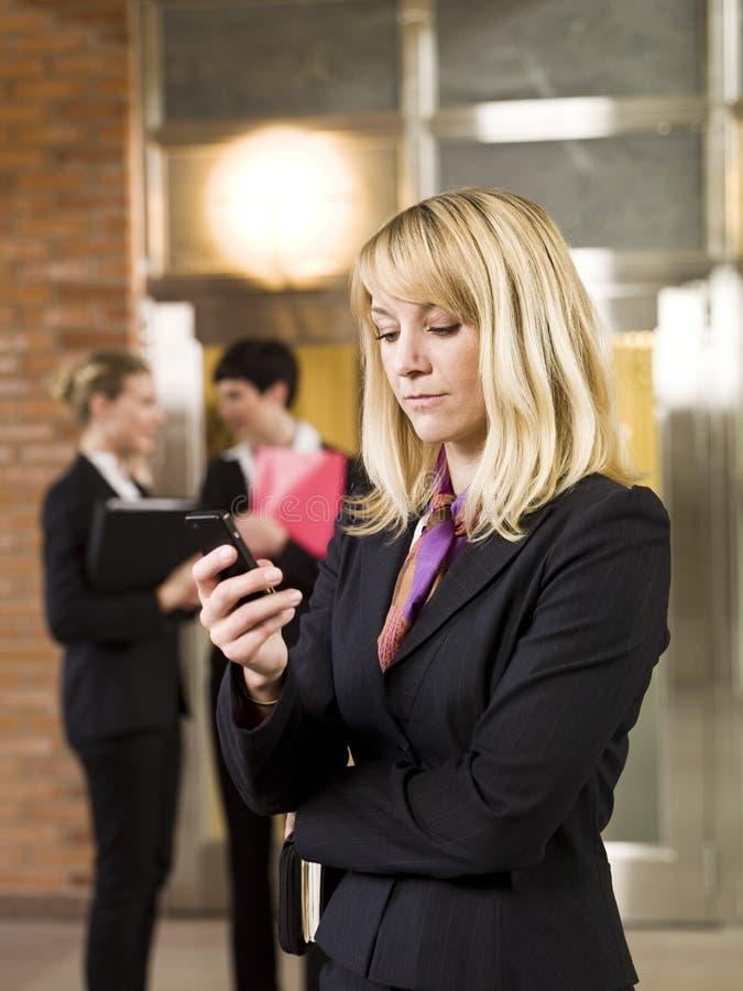 女实业家电话 库存照片
