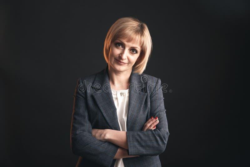 女实业家画象在灰色背景隔绝的演播室 免版税库存照片