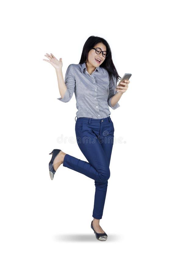 女实业家知道在电话的好消息 库存图片