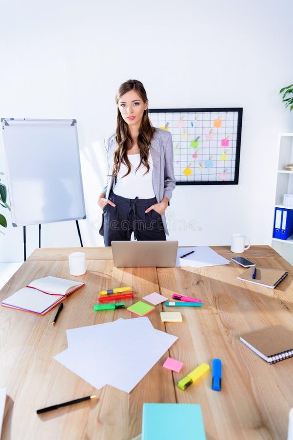 女实业家确信的办公室 免版税库存图片