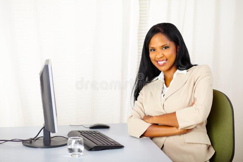 女实业家确信的工作年轻人 免版税图库摄影