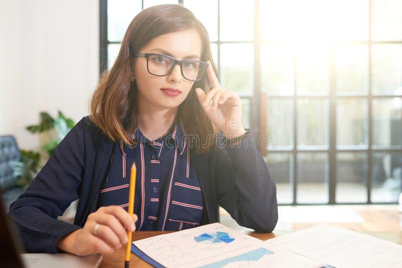 女实业家确信的年轻人 库存图片