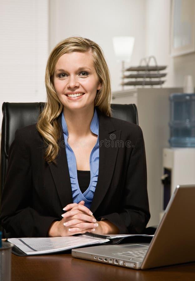 女实业家确信的服务台读取报表 图库摄影