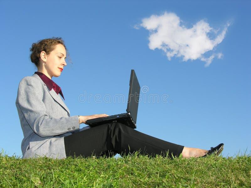 女实业家笔记本坐 免版税图库摄影