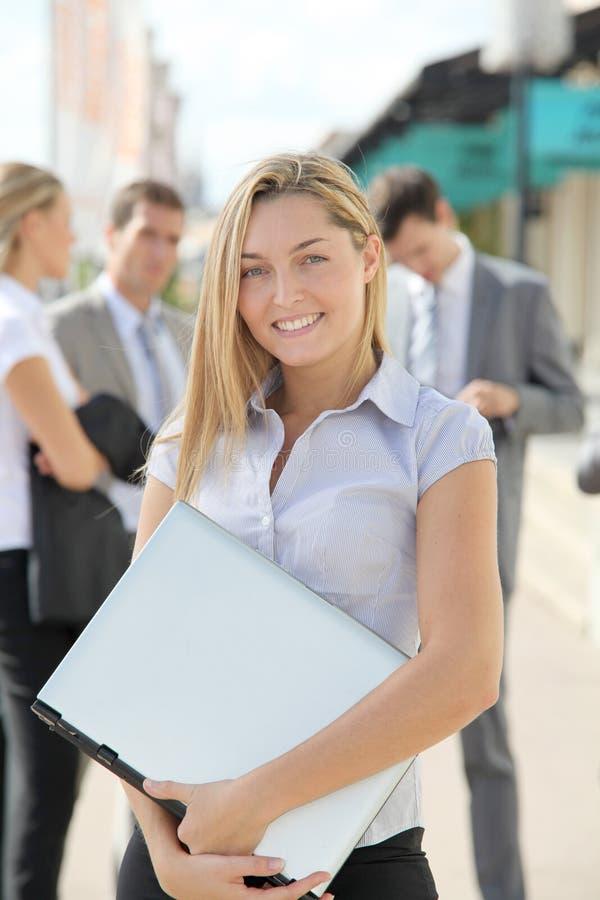 女实业家纵向微笑 免版税库存图片