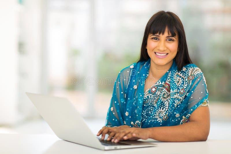 女实业家膝上型计算机使用 免版税库存照片