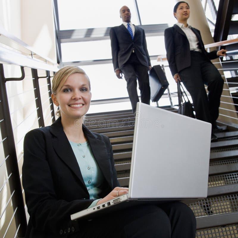 女实业家膝上型计算机办公室台阶工作 免版税库存照片