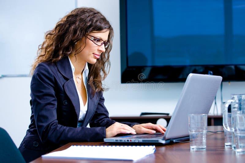 女实业家膝上型计算机工作 免版税库存照片