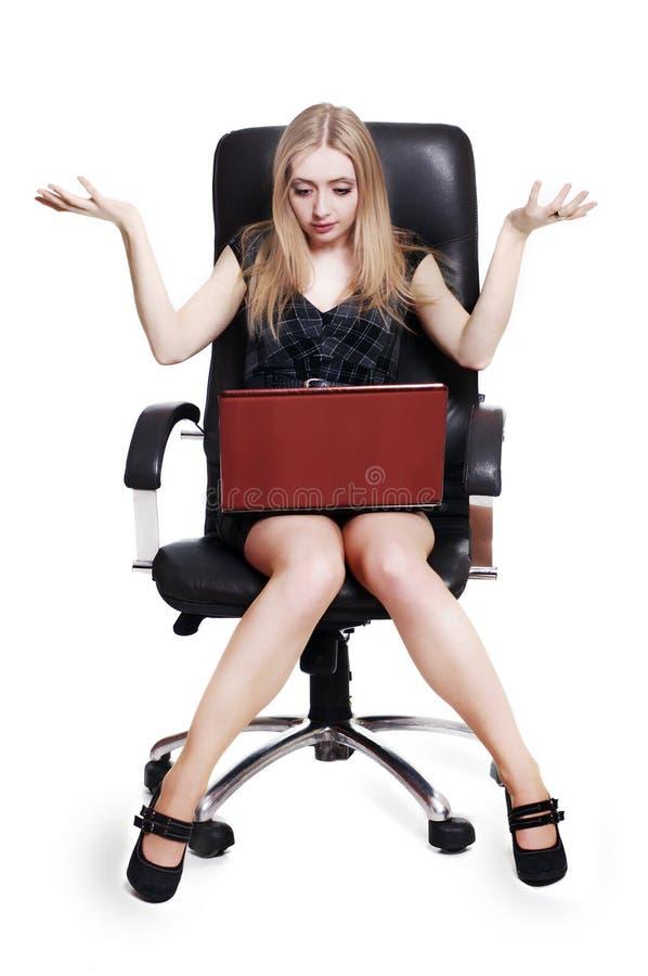 女实业家膝上型计算机震惊年轻人 免版税库存照片
