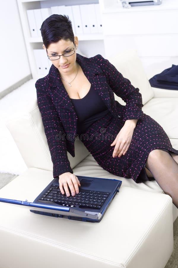 女实业家膝上型计算机 免版税库存图片