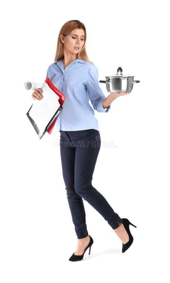 女实业家藏品平底深锅和文件全长画象在白色背景 图库摄影