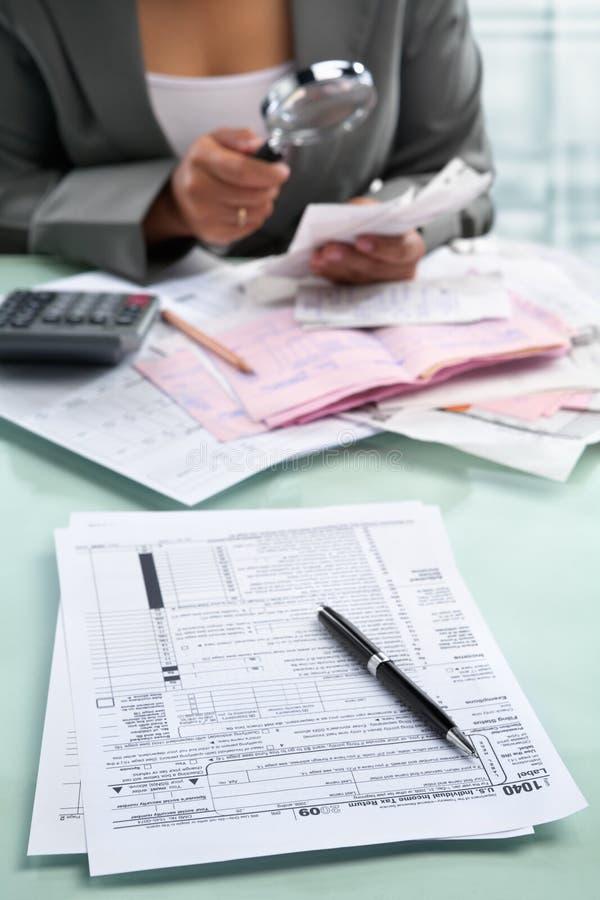 女实业家表单税务 免版税库存图片