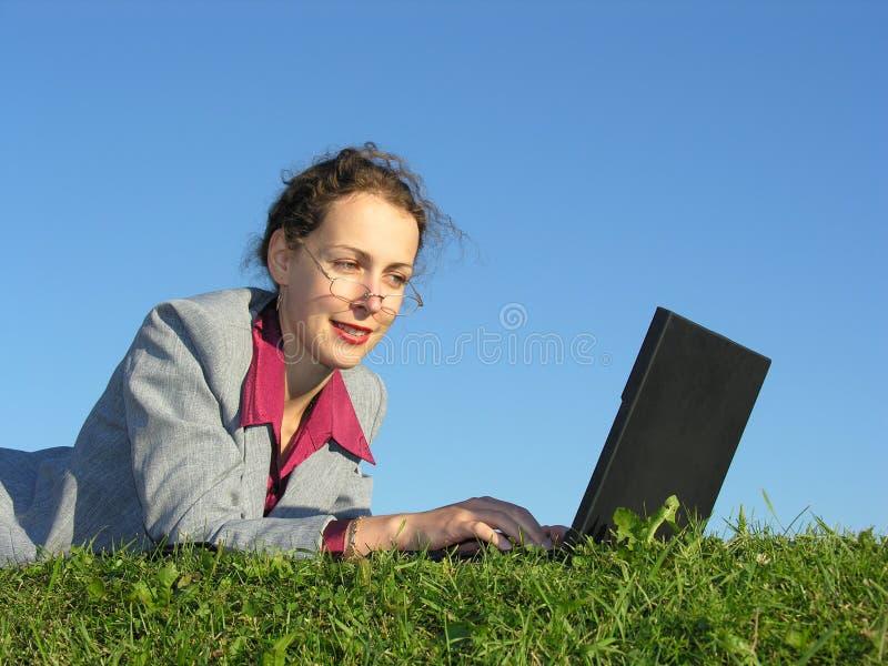 女实业家表面笔记本 库存图片