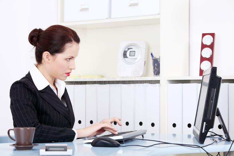 女实业家计算机工作 免版税库存照片