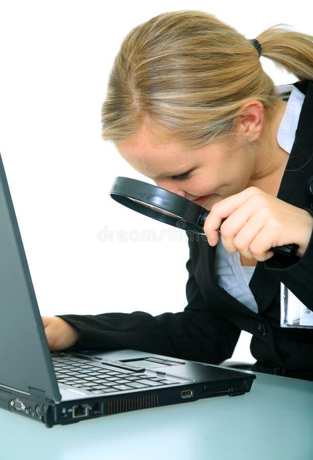 女实业家计算机检查严重的年轻人 免版税库存图片