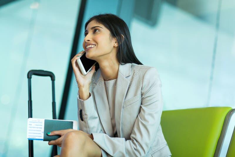 女实业家谈的手机 免版税库存照片