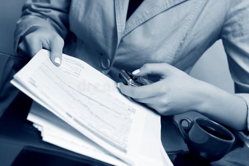 女实业家财务报表工作 免版税库存照片