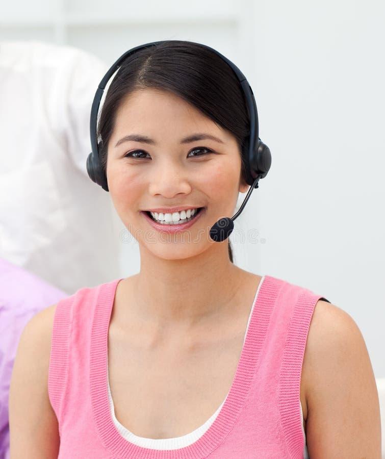 女实业家迷人的耳机联系的年轻人 免版税库存照片
