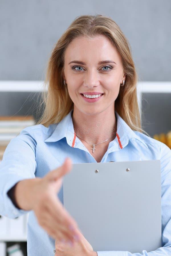 女实业家震动的提议手你好在办公室 库存照片