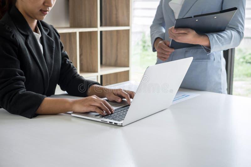 女实业家领导关于遇见介绍的队会议对事务计划的投资方案工作和战略  免版税库存图片