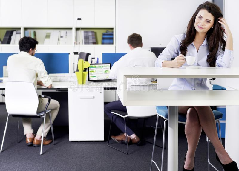 女实业家饮用的咖啡在办公室 图库摄影