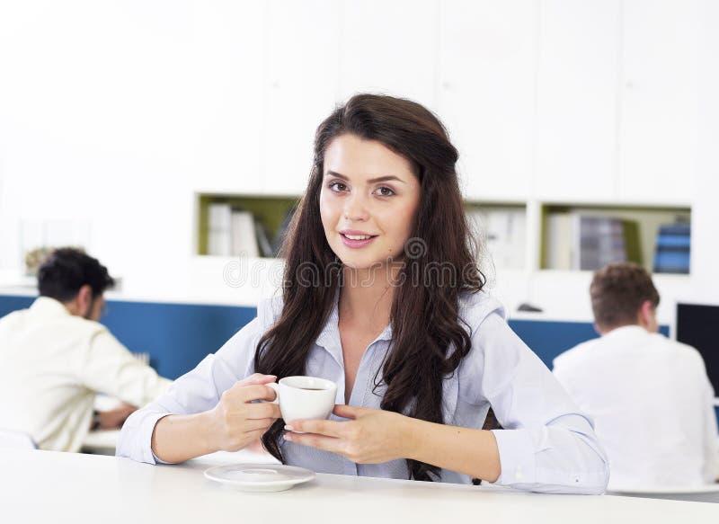 女实业家饮用的咖啡 免版税图库摄影