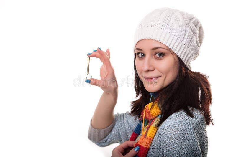 年轻女实业家,房地产开发商,与房子钥匙在手中 背景查出的白色 库存照片