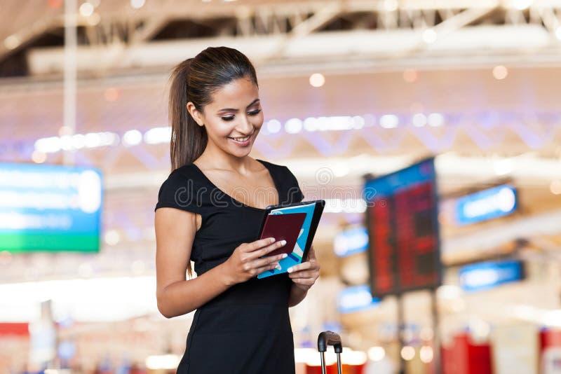 女实业家读书电子邮件 免版税库存图片