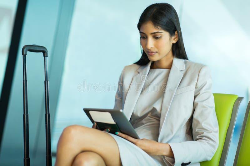 女实业家读书电子邮件 免版税库存照片