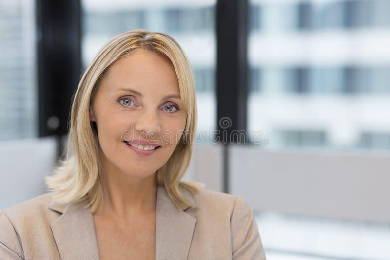 女实业家画象在现代办公室 在backgrou的大厦 免版税库存照片