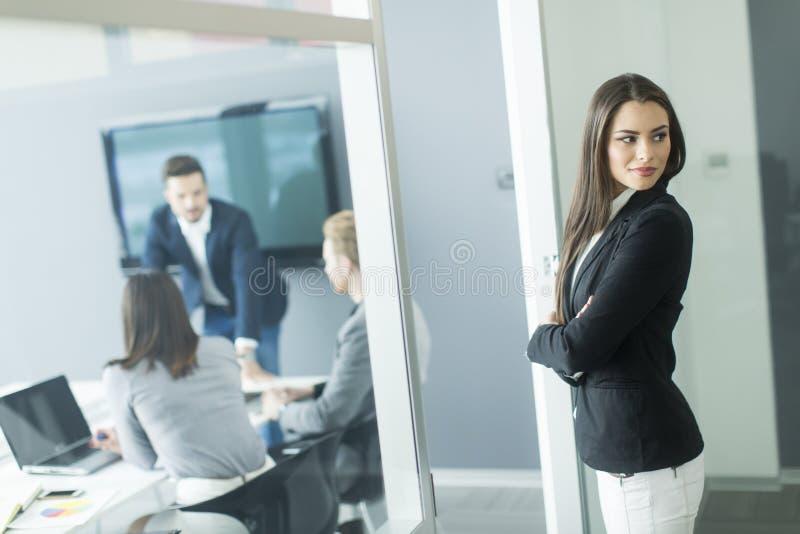 Download 女实业家 库存图片. 图片 包括有 女实业家, 现代, 摆在, 专业人员, 成功, 有吸引力的, 办公室 - 72357607