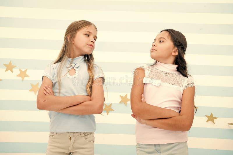 女小学生傲慢傲慢与被折叠的军械箱最好的朋友适合敌人 友谊联系问题 ?? 库存照片