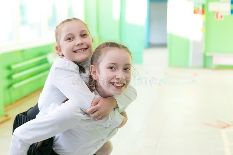 女小学生女孩种植了她的她的妹妹  库存图片