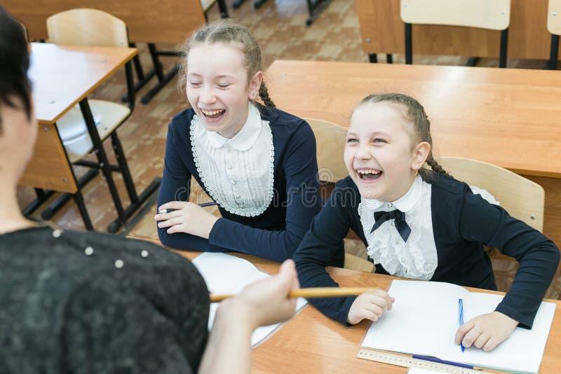 女小学生少年嘲笑他们的老师 免版税库存照片
