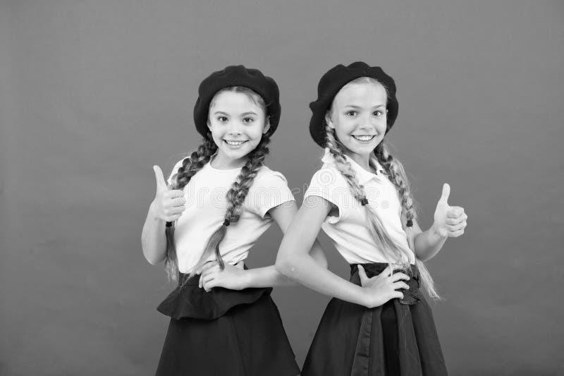 女小学生戴正式制服和贝雷帽帽子 精华学校学院 海外教育 应用形式进入国际 免版税图库摄影