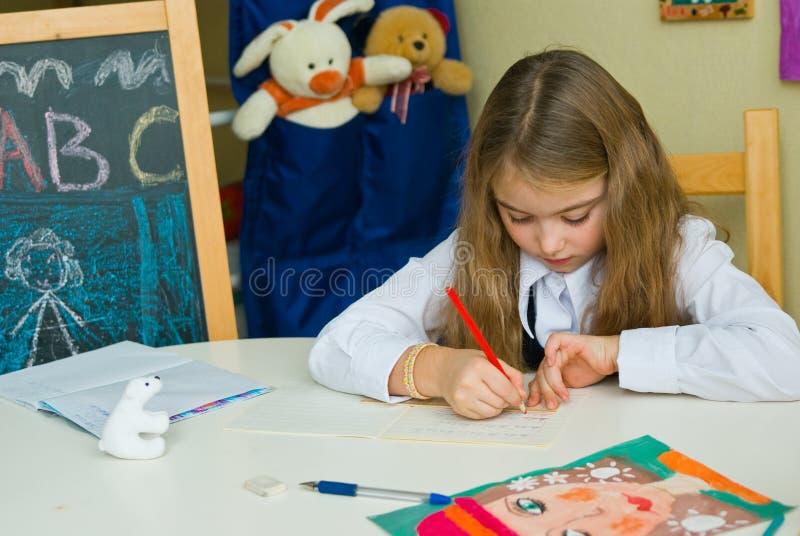 女小学生执行课程 免版税库存照片