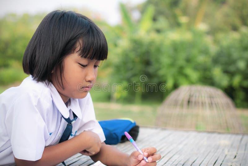 女小学生是家庭作业 免版税图库摄影