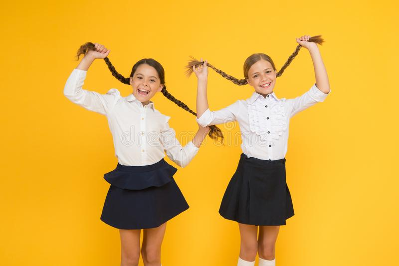 女小学生正式样式完善的校服 E 学校片刻 孩子逗人喜爱的学生 教育不是 库存图片