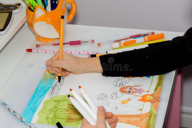 女小学生绘与铅笔的一幅画 库存照片