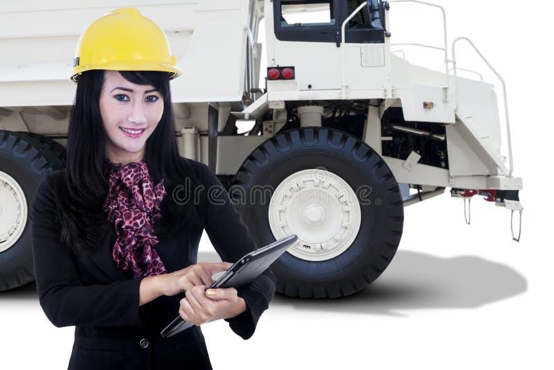 女工和一个矿用汽车 库存图片