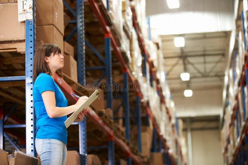女工在配给物仓库里 免版税库存图片