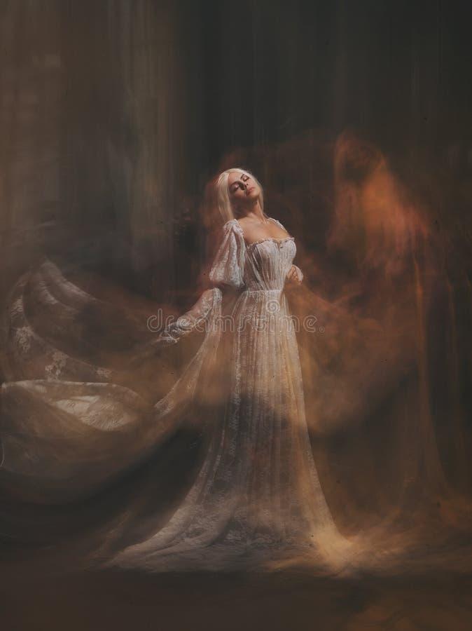 女巫神仙的传奇 苍白女孩金发碧眼的女人,象一个鬼魂,在一件白色葡萄酒礼服,飞行,在空间盘旋 库存图片