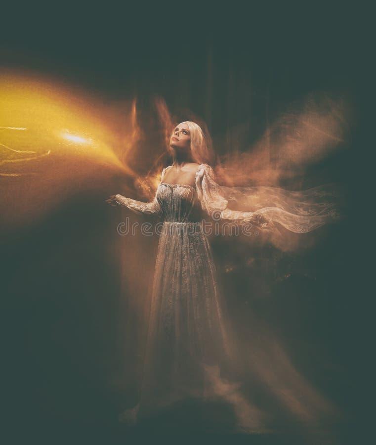 女巫神仙的传奇 苍白女孩金发碧眼的女人,象一个鬼魂,在一件白色葡萄酒礼服,在空间飞行,盘旋 ?? 免版税图库摄影