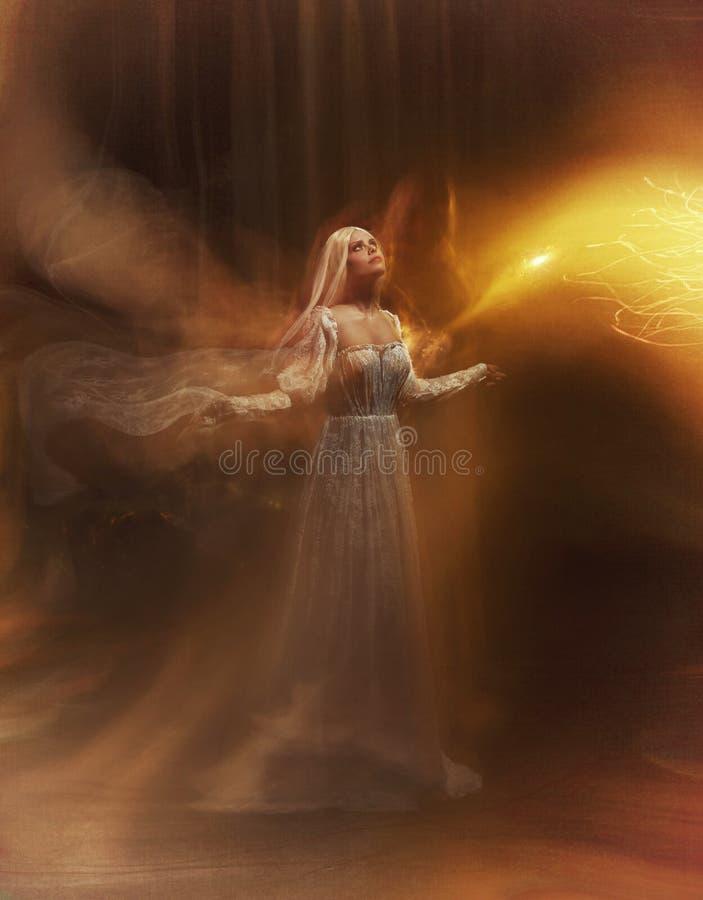 女巫神仙 苍白女孩金发碧眼的女人,象一个鬼魂,在一件白色葡萄酒礼服,飞行,在空间盘旋 灵魂的分支 的treadled 库存照片